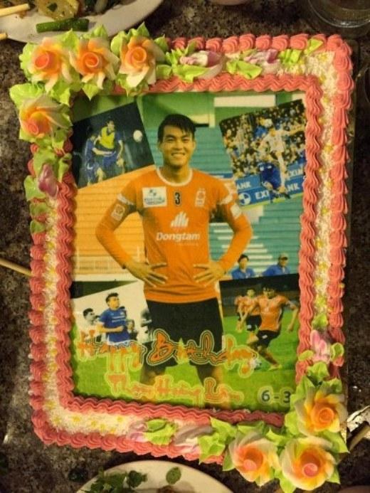 Trung vệ Phạm Hoàng Lâm chia sẻ anh rất hạnh phúc khi được đón sinh nhật bên những người đồng đội thân thiết. Cầu thủ của ĐTLA cũng gửi lời cảm ơn tới tất cả bạn bè đã tổ chức cho anh bữa tiệc ấm áp nhân ngày sinh nhật.