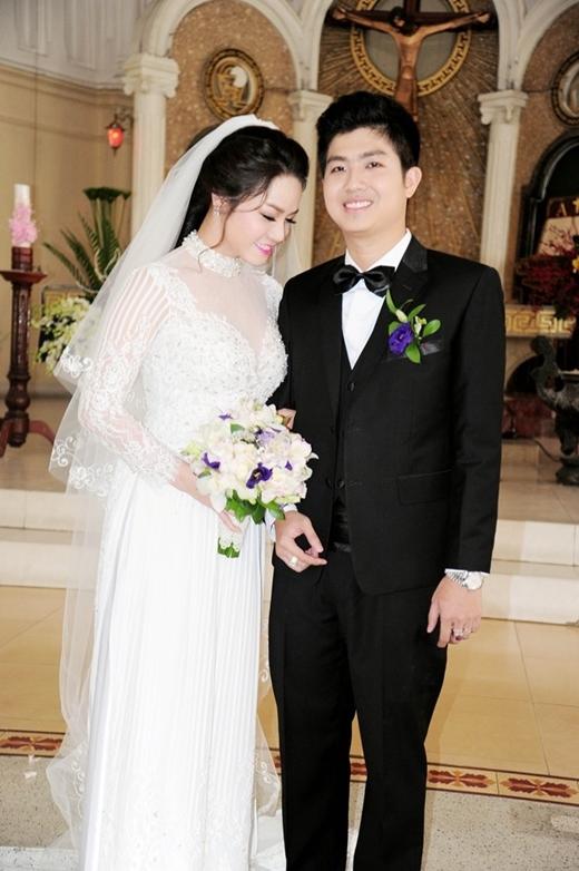 Khá kín tiếng trong chuyện tình cảm, nên thông tin Nhật Kim Anh kết hôn làm nhiều người không khỏi bất ngờ. Chồng cô tên Bửu Lộc, là một nhân viên ngân hàng. - Tin sao Viet - Tin tuc sao Viet - Scandal sao Viet - Tin tuc cua Sao - Tin cua Sao