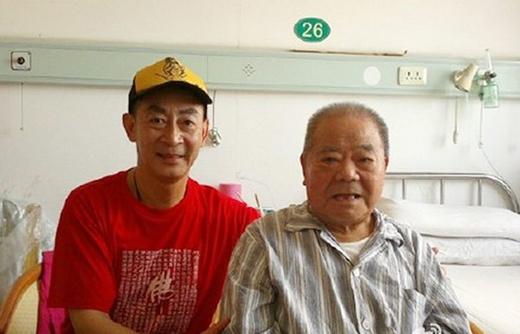 Nghệ sĩ Lục Tiểu Linh Đồng đến thăm nghệ sĩ Thiết Ngưu vào năm 2012