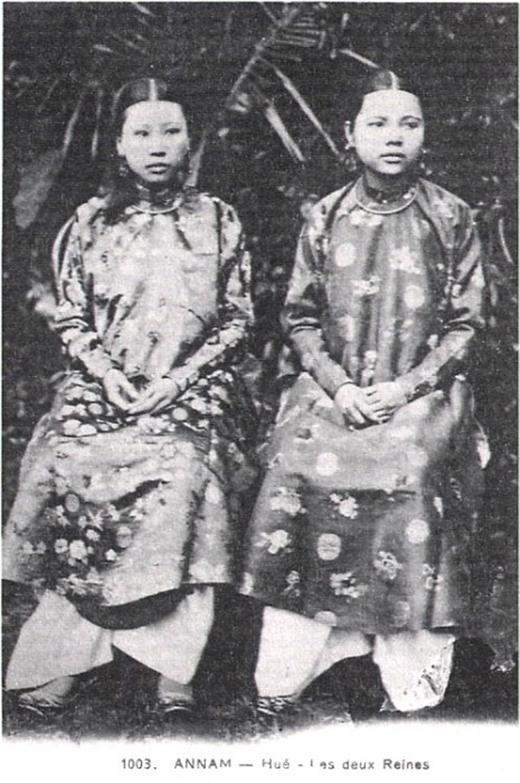 Chân dung hai hoàng hậu Tiên Cung (vợ trước) và Thánh Cung (vợ sau) của vua Đồng Khánh.