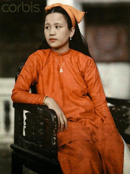 Cô Nguyễn Thị Cẩm Hà - thường gọi là Mệ Bông, con của Công chúa Mỹ Lương với vẻ đẹp dịu dàng (ảnh: W. Robert Moore/National Geographic Society/Corbis).