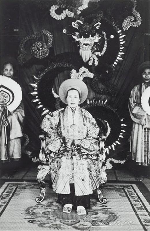 Hoàng thái hậu Tự Cung - là Hoàng thái hậu cuối cùng của triều Nguyễn - rất đẹp, sắc sảo. Bà Từ Cung là vợ vua Khải Định và cũng là người duy nhất trong số 12 người vợ có con trai là hoàng đế Bảo Đại say này.