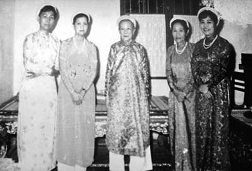 Bà Từ Cung (giữa) cùng các người thân trong hoàng tộc.