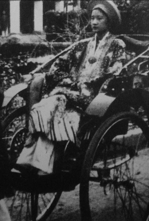 Hình ảnh Nam Phương hoàng hậu lúc được tấn phong - vợ của vua Bảo Đại, vị vua cuối cùng triều đại phong kiến tại Việt Nam.