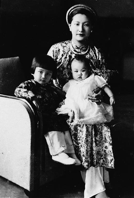 Hoàng hậu Nam Phương sau khi sinh con vẫn giữ được nét đẹp quý phái.