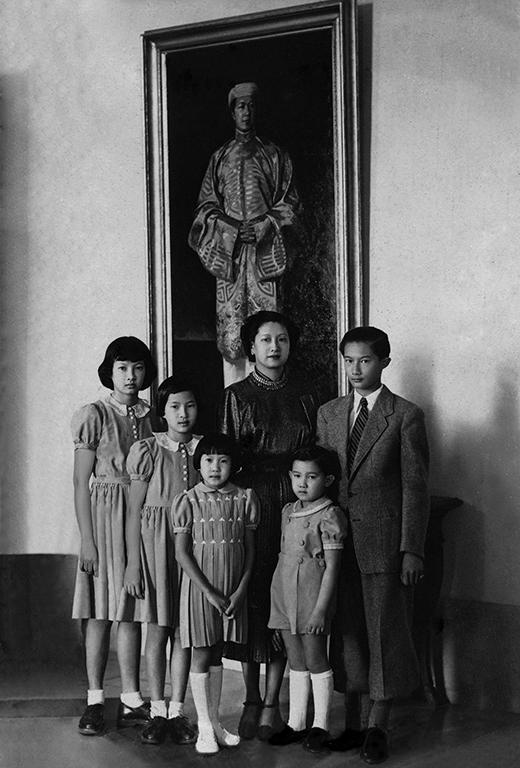Hoàng hậu Nam Phương và các hoàng tử, công chúa con của mình với nét đẹp chuẩn mực. Đây cũng là hoàng hậu cuối cùng của triều đại phong kiến cuối cùng của việt Nam đóng đô tại Huế với nhiều quá khứ vàng son (1802-1945)