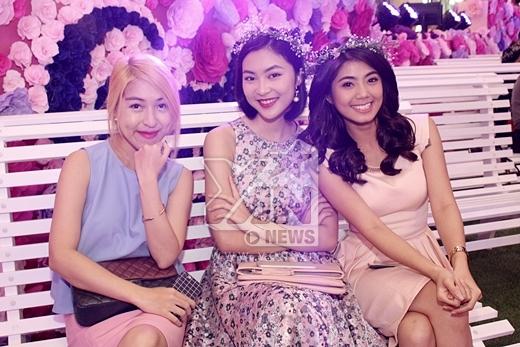 Cô nàng hớn hở chụp ảnh cùng những người bạn đó là cô nàng hotgirl Helly Tống (váy hoa) và nhà văn trẻ Phan Ý Yên.
