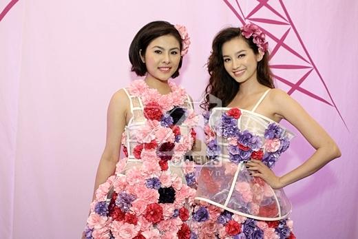 Hai mỹ nhân được diện bộ trang phục được đính hoa hết sức độc đáo và bắt mắt.
