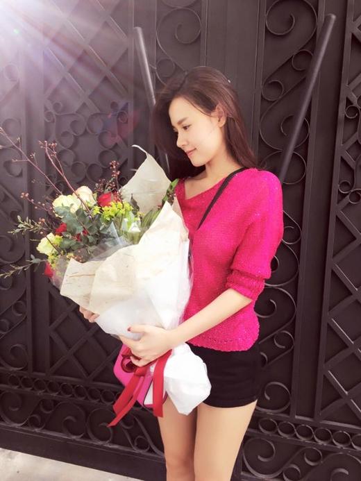 8/3 nhẹ nhàng thế này thôi ^^ của Midu đó chính là nhận được một bó hoa to từ chồng sắp cưới của mình. - Tin sao Viet - Tin tuc sao Viet - Scandal sao Viet - Tin tuc cua Sao - Tin cua Sao