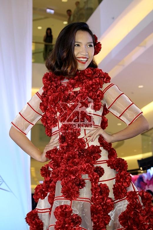 Bộ sưu tập không chỉ được kết từ hàng ngàn bông hoa mag các mẫu váy còn tỏa ra hương thơm độc đáo theo 4 chủ đề từ bộ sưu tập Comfort Tinh dầu thơm, đó là Tinh Tế, Say Đắm, Quyến Rũ và tâm điểm là Diệu Kỳ.
