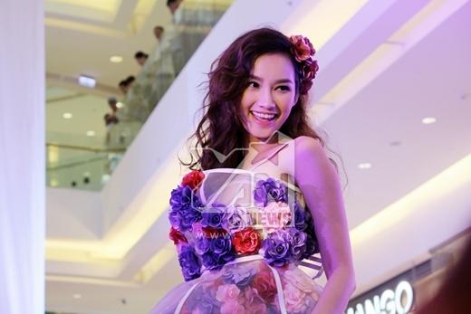 Trúc Diễm xinh tươi và rạng rỡ trong bộ váy hoa độc đáo và đầy sáng tạo