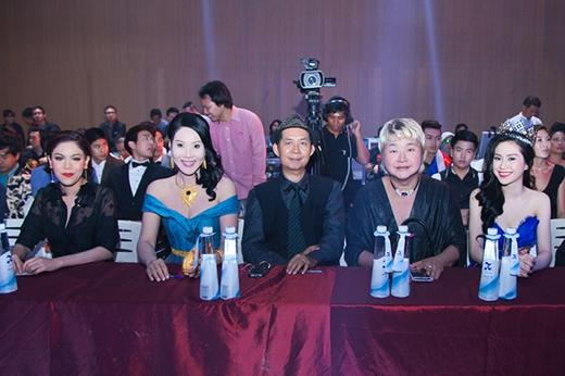 Thu Vũ nổi bật trên hàng ghế giám khảo chung kết Mister Global 2015.