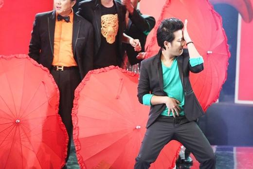 Diễn viên hài Trường Giang nỗ lực hết mình thể hiện vũ đạo của bài hát. - Tin sao Viet - Tin tuc sao Viet - Scandal sao Viet - Tin tuc cua Sao - Tin cua Sao