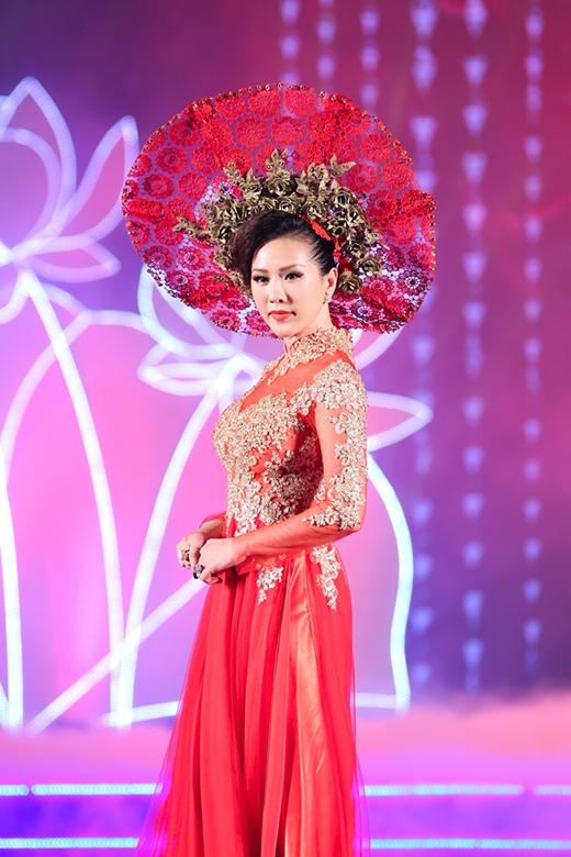 Hoa hậu Thu Hoài đã thể hiện trọn vẹn sự duyên dáng, quyến rũ nhưng không kém phần sang trọng của bộ áo dài đỏ đẹp mắt BST Nữ hoàng của NTK Minh Châu.