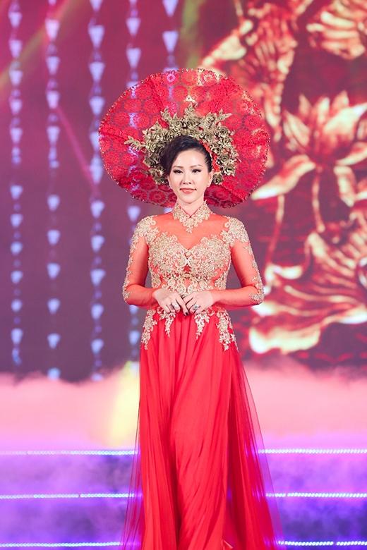 Đây là lần thứ hai Hoa hậuThu Hoàigóp mặt với vai trò là vedette trong chương trình của NTKMinh Châu.