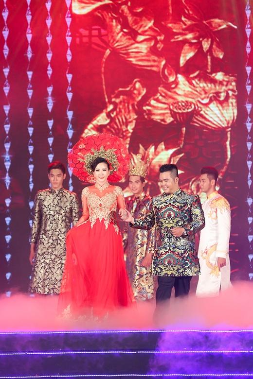 NTK Minh Châu ân cần nâng khăn sửa túi cho Hoa hậu Thu Hoài