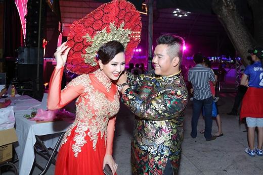 NTK Minh Châu ân cần chỉnh sửa từng chút một trang phục cho Thu Hoài trước khi lên sân khấu biểu diễn.