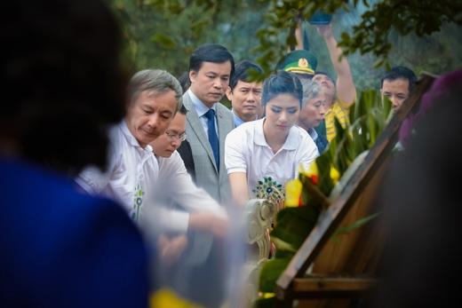 Ngọc Hân và các bị đại biểu thắp hương tại ngôi mộ của Đại tướng. - Tin sao Viet - Tin tuc sao Viet - Scandal sao Viet - Tin tuc cua Sao - Tin cua Sao