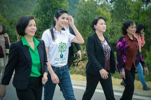 Kết thúc các nghi lễ, Ngọc Hân cùng các vị đại biểu đi bộ ra khu mộ của Đại tướng Võ Nguyên Giáp. - Tin sao Viet - Tin tuc sao Viet - Scandal sao Viet - Tin tuc cua Sao - Tin cua Sao