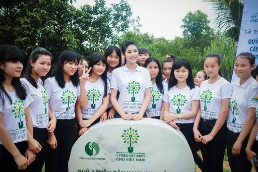 Hoa hậu Ngọc Hân giản dị đi trồng cây - Tin sao Viet - Tin tuc sao Viet - Scandal sao Viet - Tin tuc cua Sao - Tin cua Sao