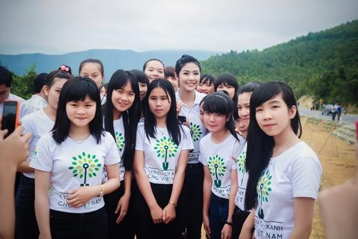 Ngọc Hân vui vẻ chụp ảnh cùng các đoàn viên thanh niên tỉnh Quảng Bình. - Tin sao Viet - Tin tuc sao Viet - Scandal sao Viet - Tin tuc cua Sao - Tin cua Sao