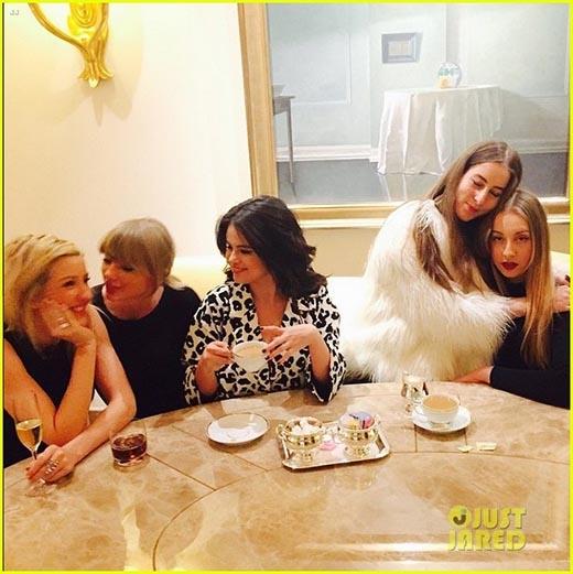 Taylor Swift thoải mái nằm dài bên cạnh Selena Gomez