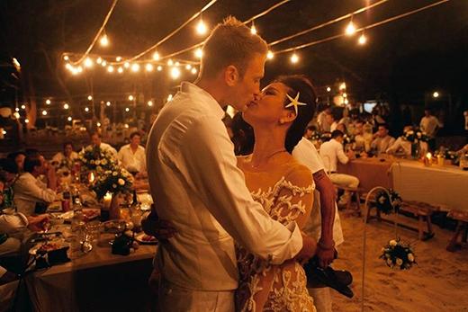 Cô dâu - chú rể trao cho nhau nụ hôn đầy yêu thương, cháy bỏng. - Tin sao Viet - Tin tuc sao Viet - Scandal sao Viet - Tin tuc cua Sao - Tin cua Sao