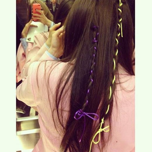 Tiffany bất ngờ khoe hình và chúc mừng sinh nhật Taeyeon, cô chia sẻ: Taeyeon đang tìm bức hình này nhưng mà chúc mừng sinh nhật bạn tốt nhất của tôi, người luôn để tôi tết tóc mọi lúc mọi nơi.