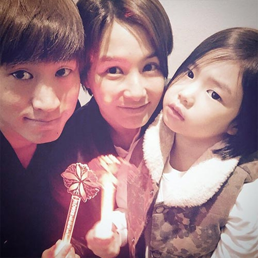 Cả nhà Tablo cùng nhau đi xem concert Junsu và chia sẻ: Concert của anh Junsu thật tuyệt vời.