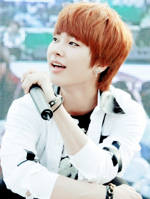 """Mặc dù là anh cả """"dừ"""" nhất Boyfriend nhưng Donghyun không hề kém cạnh các thành viên còn lại trong khoản da đẹp không tỳ vết đâu nhé."""