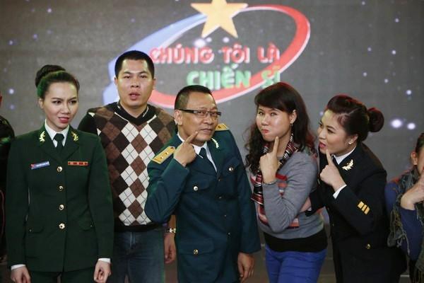 Thêm một tấm ảnh rất trẻ trung của MC Lại Văn Sâm bên các đồng nghiệp chương trình Chúng tôi là chiến sĩ. - Tin sao Viet - Tin tuc sao Viet - Scandal sao Viet - Tin tuc cua Sao - Tin cua Sao