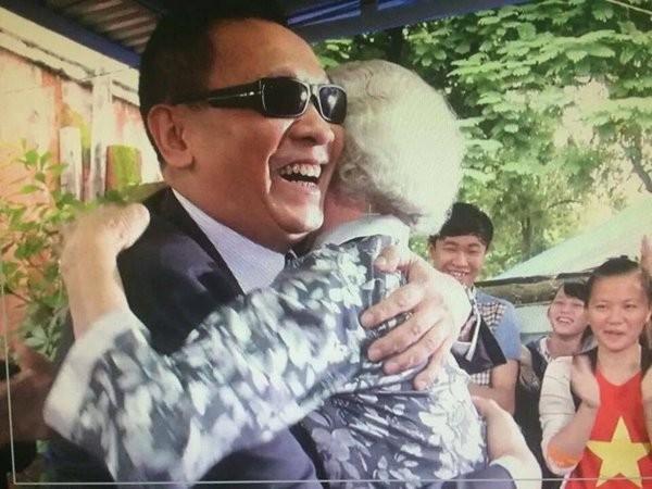 Và cái ôm đầy vui vẻ, hạnh phúc với người chơi trong một chương trình truyền hình. - Tin sao Viet - Tin tuc sao Viet - Scandal sao Viet - Tin tuc cua Sao - Tin cua Sao