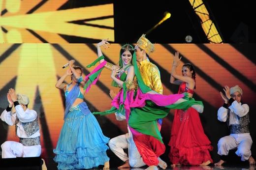 Bài hát được dàn dựng phần trang phục và vũ đạo hết sức công phu - Tin sao Viet - Tin tuc sao Viet - Scandal sao Viet - Tin tuc cua Sao - Tin cua Sao