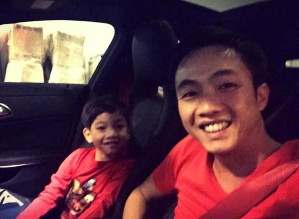 Hai cha con mặc cùng tông áo, sành điệu lái xe đi xem phim.