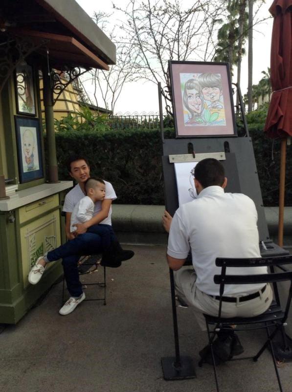 Hai cha con làm mẫu, ghi lại bức tranh kỷ niệm cho chuyến đi đến khu vui chơi giải trí Walt Disney tại Mỹ.