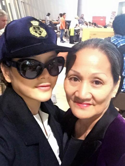 Lý Nhã Kỳ mới đây đã chia sẻ hình chụp tự sướng cùng mẹ của mình trên đường đi du lịch Singapore. Lý Nhã Kỳ có khá nhiều nét giống mẹ. - Tin sao Viet - Tin tuc sao Viet - Scandal sao Viet - Tin tuc cua Sao - Tin cua Sao