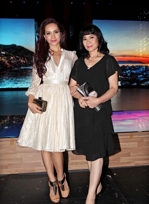 Ở độ tuổi U60, mẹ của chị em người mẫu Thúy Hằng - Thúy Hạnh vẫn rất trẻ trung cùng con gái thường xuyên tham dự các sự kiện, hoặc đi xem ca nhạc, xem show... - Tin sao Viet - Tin tuc sao Viet - Scandal sao Viet - Tin tuc cua Sao - Tin cua Sao