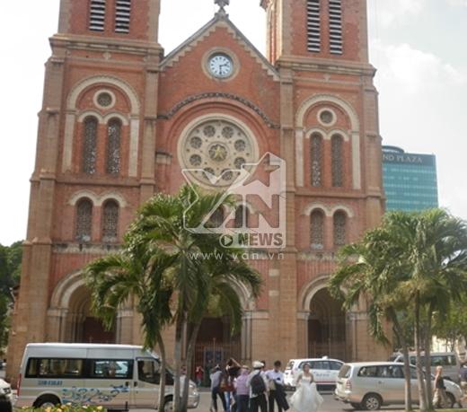 """Nhà thờ Đức Bà được xây dựng vào năm 1877, có chiều dài 93m, rộng 35m và cao 75m. Đây là công trình kiến trúc tôn giáo nổi tiếng thời Pháp. Mặt ngoài của công trình xây bằng loại gạch đặt làm tại Marseille để trần, không tô trát, không bám bụi rêu, đến nay vẫn còn màu sắc hồng tươi. Nhưng vì không có bờ tường bao quanh mà nhà thờ Đức Bà trở thành một """"vòng xoay"""" bất đắc dĩ, dễ bị xâm phạm."""