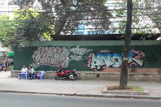 Bên cạnh đó, nhiều tuyến đường, công trình công cộng khác tại khu trung tâm TPHCM như trạm xe buýt, các tụ điện...c ũng trở nên nhếch nhác, mất mỹ quan bởi nghệ thuật vẽ tranh đường phố của các dân chơi Graffitit tự phát.