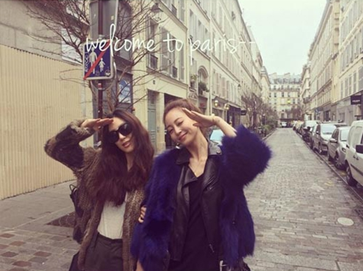 Nữ diễn viên Jung Ryeo Won hí hửng khoe hình đi du lịch cùng cô bạn thân - Han Ye Seul và chia sẻ: Xin chào Paris.