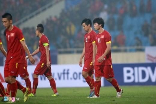 Kết thúc trận đấu, cầu thủ Olympic Việt Nam chạy tới khán đài cảm ơn sự cổ vũ của khán giả. Công Phượng nhận được lời khen từ HLV Olympic Indonesia sau trận đấu.