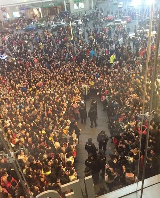 Hàng nghìn người giẫm đạp lên nhau vì Phạm Băng Băng
