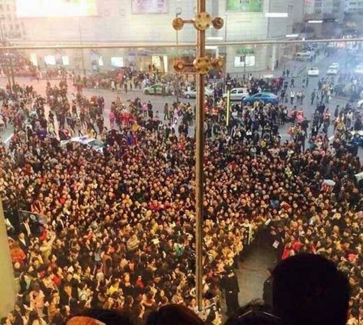Hàng nghìn người bủa vây.