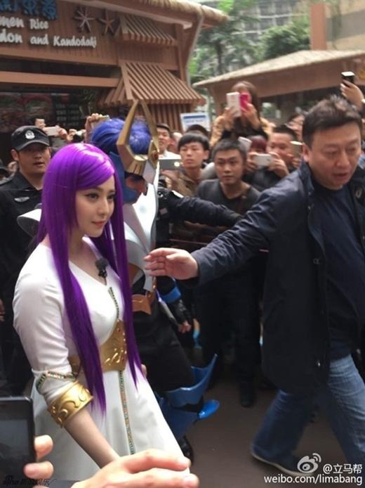 AngelaBaby và Phạm Băng Băng bị bao vây khi xuất hiện.
