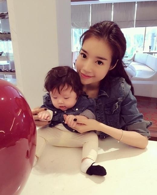 Hai mẹ con Ellly Trần thường xuyên diện đồ ton-sour-ton.