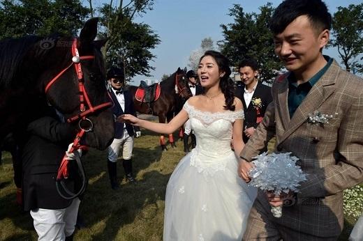 Cô dâu vô cùng vui vẻ hạnh phúc