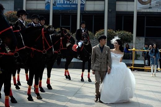 Không chỉ mọi người xung quanh mà các cư dân mạng cũng vô cùng thích thú trước đội quân đặc biệt này. Nhiều người còn bày tỏ sự ngưỡng mộ và ghen tị đến cô dâu xinh đẹp.