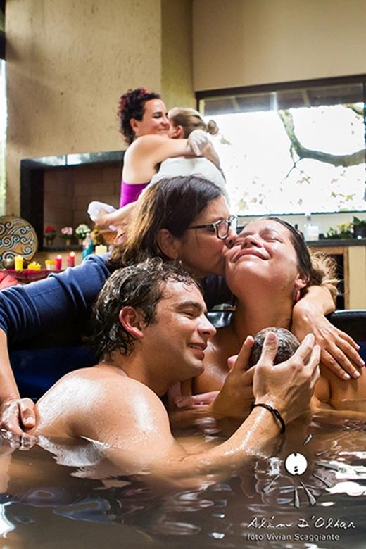 Cả gia đình ôm hôn chúc mừng người mẹ và em bé mới ra đời.