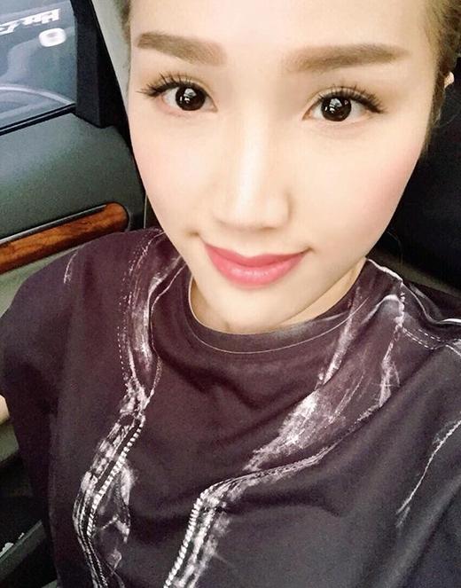 Cô nàng thường xuyên để mặt mộc hoặc gương mặt make up nhẹ đầy tự tin khi post ảnh. - Tin sao Viet - Tin tuc sao Viet - Scandal sao Viet - Tin tuc cua Sao - Tin cua Sao