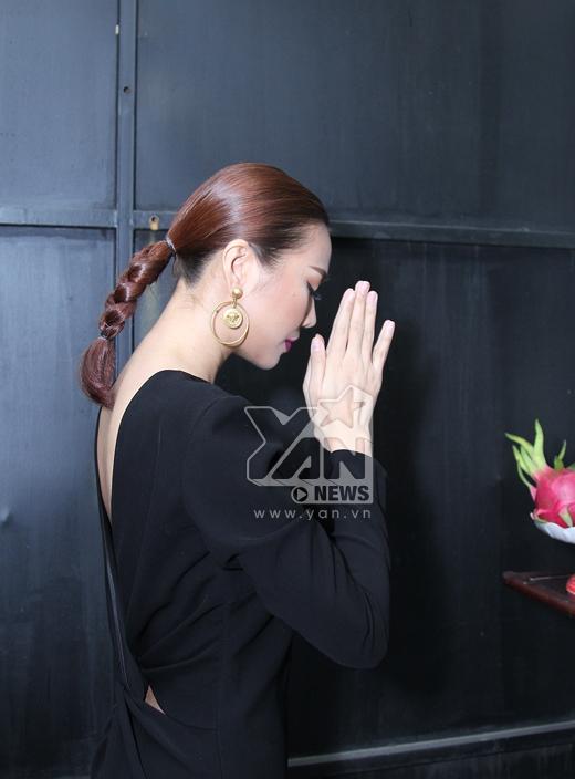 Chân dài 1m12 không quên thắp nén nhang lên bàn thờ tổ nghiệp và cầu nguyện cho show diễn thành công.